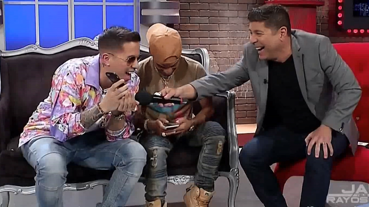 Arcangel y De la Ghetto llaman por celular a Daddy Yankee en television