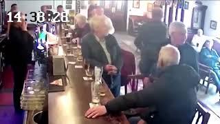Download El peleador Connor McGregor golpeó a un adulto en un bar Video