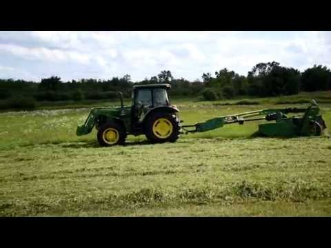 John Deere Tractor Cutting Hay with 625 MOCO 2016