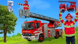 Les enfants aident à sauver un chat d'un arbre avec un camion de pompiers - Rescue with fire truck