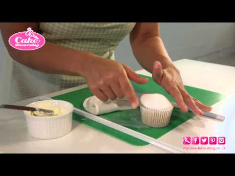 Covering a cupcake with sugarpaste