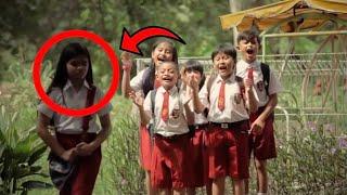 #x202b;عندما خرجت هذه الطفلة من المدرسة تبكي .. أبكت العالم العربي كله و سوف تبكي انت الآن !! شاهد المفاجئة#x202c;lrm;