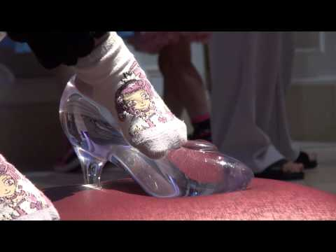 Can't put on glass slipper!? (Cinderella Castle, TDL)