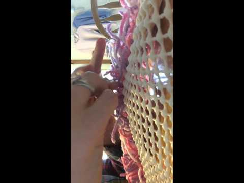 Making a rag rug with yarn