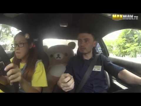 Pilote professionnelle qui piège des moniteurs d'auto-école