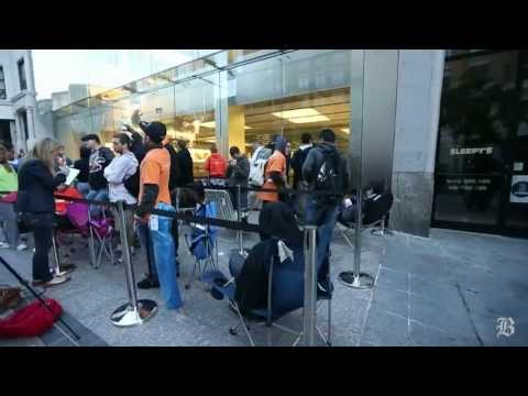 Crowd waits for the release of iPhone 5S