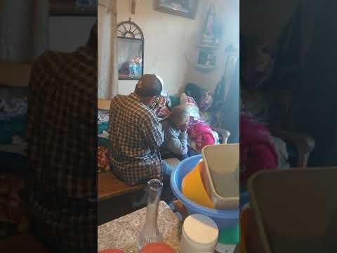 Su hijo Mario peinando a su mamá