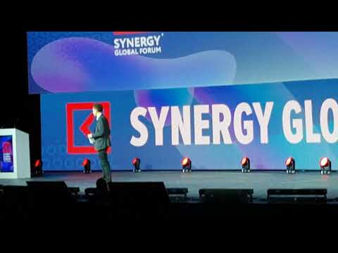 Malcolm Gladwell at Synergy Global Forum October 2017: First Few Minutes - Public Speaking Lessons
