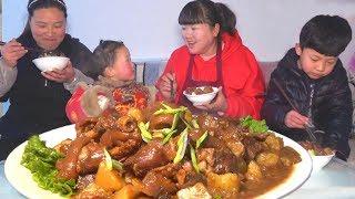 【陕北霞姐】年夜饭硬菜,3根猪蹄4个洋芋,全家解馋,越吃越过瘾!