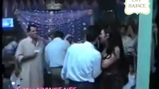▶ رقص سكسى ناار راقصة فاجرة احضان وتحرش بالعريس فرح شعبى مصرى