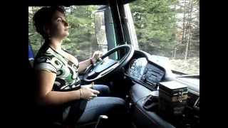 Download O adevarata soferita profesionista si unica din Romania, pe camion de padure.