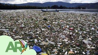 Guantes, mascarillas y toneladas de basura inundan el lago Amatitlán en Guatemala