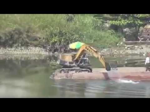 AMAZING! A guy using a JCB to power his boat!