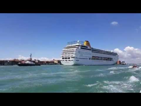 VENICE - CRUISE SHIP ON GRAND CANAL IN 4K