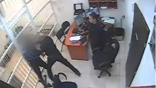 #x202b;תיעוד: שוטרי תחנת פתח תקווה מפעילים אלימות בתא מעצר כלפי חשוד - ללא סיבה הנראית לעין#x202c;lrm;
