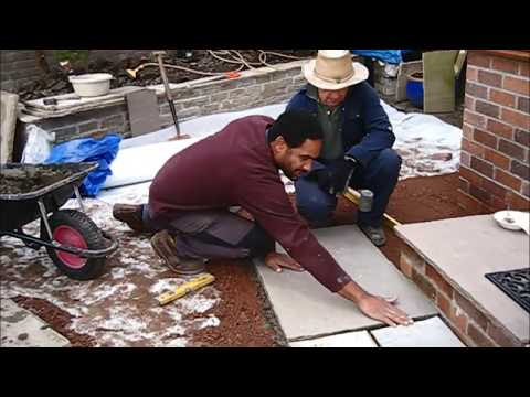 How to lay patio slabs   step 2 apply the mortar and level the slab