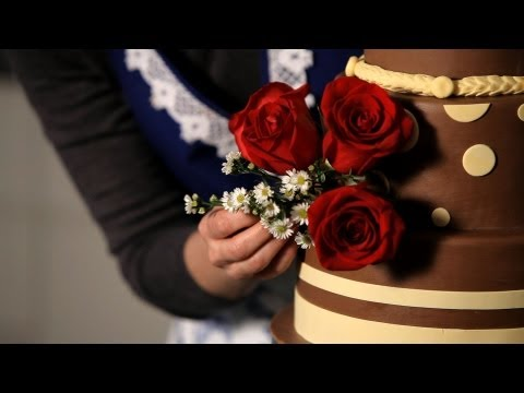 How to Decorate with Fresh Flowers | Wedding Cakes