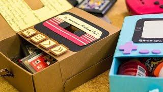 Cajita para regalar memorias con un toque geek. Descarga todo aquí • http://bit.ly/1okOAAR Haz una carta origami http://bit.ly/1rHbyWi  ------  ♥ INSTAGRAM http://instagram.com/craftingeek ♦ TWITTER: http://www.twitter.com/craftingeek ♣ FACEBOOK: http://on.fb.me/1apHJhw ♠ PINTEREST: http://bit.ly/CGurlP  ------  Vamos a comprar material aquí: http://bit.ly/1tZv56E Te presento mi estudio: http://bit.ly/1BQS5qQ Preguntas y respuestas de mi, Liz: http://bit.ly/1ulCQDA Algo para complementar tu regalo: http://bit.ly/SbVyhA  Hice esta cajita de regalo decorada de gameboy con recuerdos de los 90
