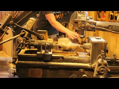 Making wooden shoes clogs Zaanse Schans - Klompen maken