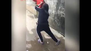 Thanh niên trốn nhà đi chơi điện tử cùng bạn bị vợ vác gậy đuổi khắp xóm đòi đánh gãy chân