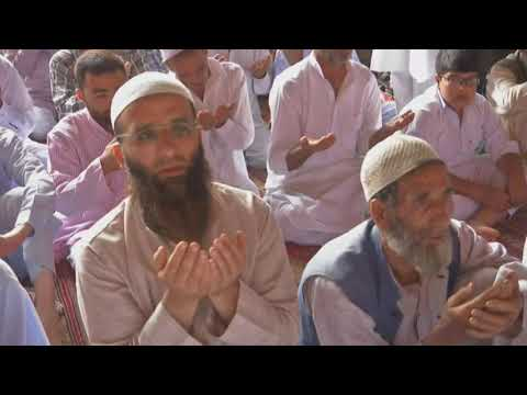 Indian Muslims offer prayers on last Friday of Ramadan