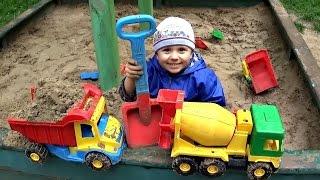 Машинки грузовички - Малыш Даник играет в песочнице