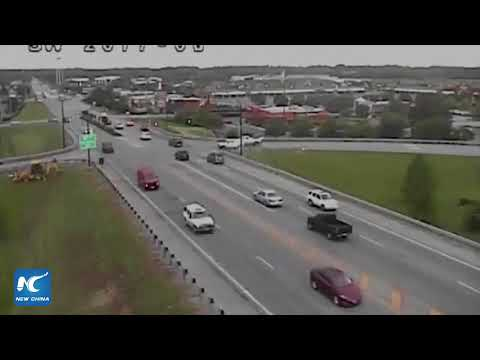 Car drives in reverse through heavy traffic in Ohio, US