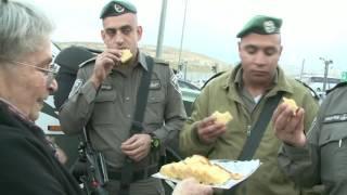 """רעיית נשיא המדינה הפתיעה את לוחמי מג""""ב במחסום א-זעים והדליקה עמם נר חמישי של חנוכה"""
