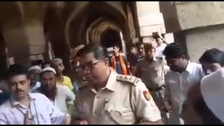Delhi police stops Muslims from offering namaz