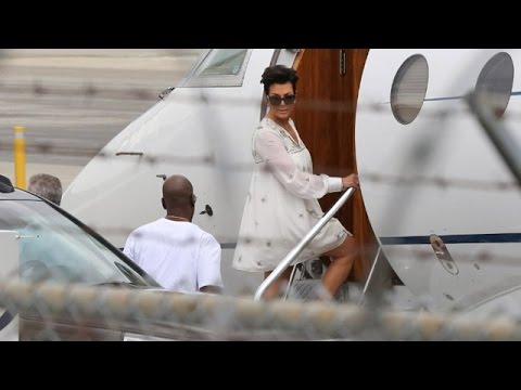 PREMIUM EXCLUSIVE - Kris Jenner And Corey Gamble Board Private Jet Out Of L.A. With Kim