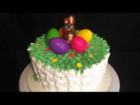 Pastel con decorado de canasta con huevos de pascua
