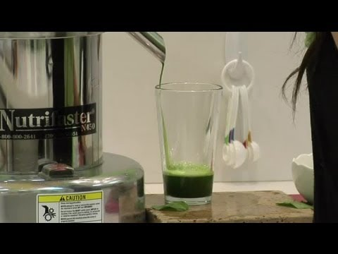 How to Juice Spinach Leaves & Stems : Healthy Drink Ideas