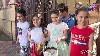 Угощать детей сластями - одна из самых приятных традиций праздника Ураза-Байрам в Дагестане