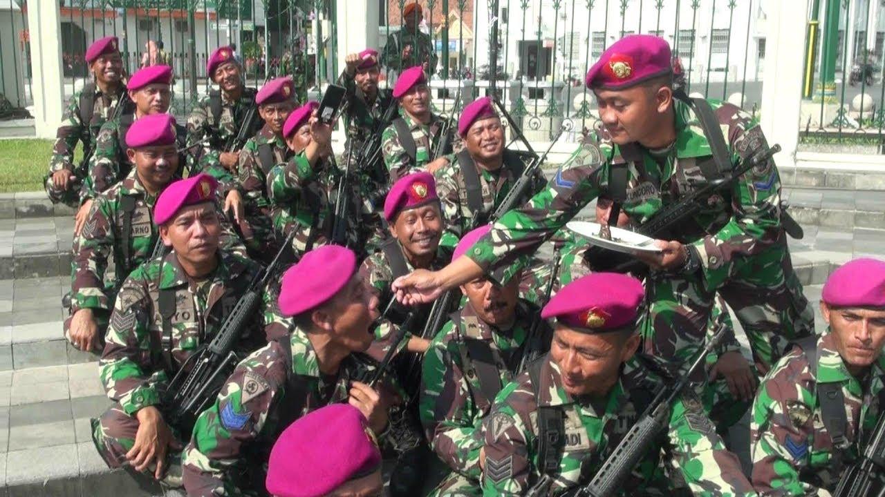 """HUT TNI; POLISI DAN TENTARA """"NGERJAIN"""" PASUKAN UPACARA"""