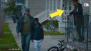 الأب ذهب ليهزم الفتية الذين يتنمرون على ابنه - ولكنه دهش من ما كان يخفيه ابنه تحت معطفه !