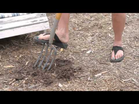 How to Loosen Up Matted Hardwood Mulch