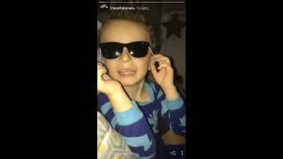 Peoplegreece.com - Η Σοφία Καρβέλα παίζει με τα παιδιά της