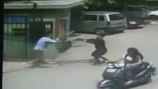 old man fight with chain snatcher in south rohini delhi