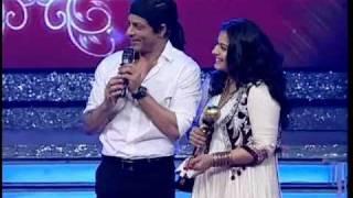 Kajol accepts award from Shah Rukh Khan on Ajay Devgn's behalf