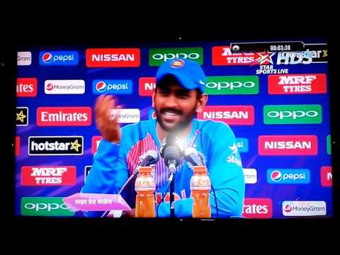 MS Dhoni call an Aussie journalist on stage, takes a dig at him