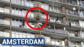 Man klimt als 'Spiderman' over balkons van flat