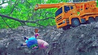 Автокран спасает Свинку Пеппу и её друзей - Развлекательное детское видео. Peppa Pig And Truck Crane