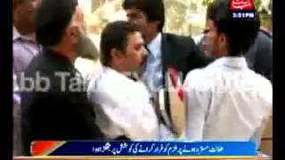 Gujranwala  Fight between lawyer and Sub Inspector in Sessions Court -- Breaking News