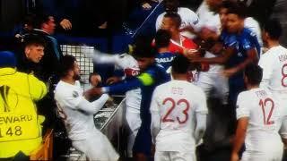 """Everton Vs Lione rissa tra giocatori e tifoso con bambino in braccio """"PAZZESCO"""""""