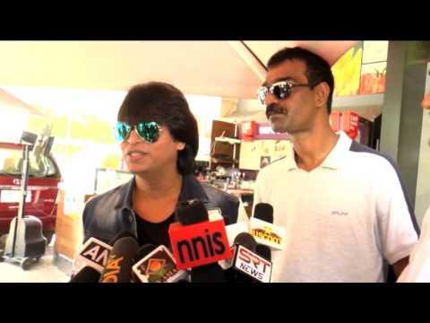 SRK' DUPLICATE RAJU RAIKWAR GIVE FREE MOVIE TICKETS OF FAN