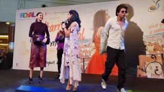 Shah Rukh Khan & Anushka dance for crowd