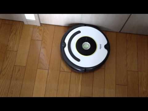 roomba 620 cleaning edge(ルンバ620が部屋の端を掃除している様子)