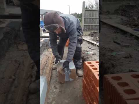 how to spread mortar sand cement to lay a block.
