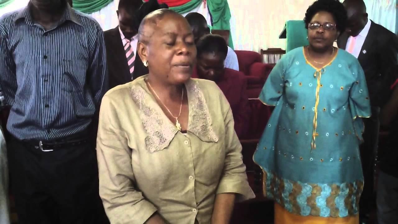 ジンバブエの教会の力強いゴスペル・コーラス