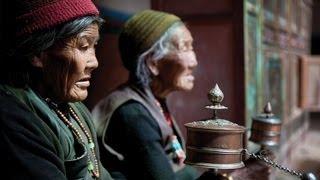 """BEAUTIFUL VERSION.  BELLÍSIMA VERSIÓN del mantra más conocido del budismo, cantado por Imee Ooi compositora y arregladora de origen malayo nacida en Kuala Lumpur. Imee Ooi trabaja desde 1997 para I.M.M. Musicworks, fundada por ella para publicar su música.  Om mani padme hum ( contempla la joya en el loto) es probablemente el mantra más famoso del budismo. El Dalái Lama dice:""""Es muy bueno recitar el mantra Om mani padme hum, pero mientras lo haces, debes pensar en su significado, porque el significado de sus seis sílabas es grande y extenso... La primera, Om  simboliza el cuerpo, habla y mente impura del practicante; también simbolizan el cuerpo, habla y mente pura y exaltada de un Buddha"""" """"El camino lo indican las próximas cuatro sílabas. Mani, que significa """"joya"""", simboliza los factores del método, la intención altruista de lograr la claridad de mente, compasión y amor"""" """"Las dos sílabas, padme, que significan """"loto"""", simbolizan la sabiduría"""" """"La pureza debe ser lograda por la unidad indivisible del método y la sabiduría, simbolizada por la sílaba final hum, la cual indica la indivisibilidad"""" """"De esa manera las seis sílabas, om mani padme hum, significan que en la dependencia de la práctica de un camino que es la unión indivisible del método y la sabiduría, tú puedes transformar tu cuerpo, habla y mente impura al cuerpo, habla y mente pura y exaltada de un Buddha""""  IMEE OOI MUSIC FOR THE FOLLOWING LINKS DOWNLOAD MÚSICA DE IMEE OOI PARA DESCARGAR EN LOS SIGUIENTES ENLACES  1. iTunes:   https://itunes.apple.com/us/artist/imee-ooi/id592393059   2. amazon:   http://www.amazon.com/gp/search/ref=sr_adv_m_digital/?search-alias=digital-music&unfiltered=1&field-keywords=&field-author=imee+ooi&field-title=&field-label=&field-browse=&sort=relevancerank&Adv-Srch-MP3-Submit.x=30&Adv-Srch-MP3-Submit.y=7   3. Google Play:   https://play.google.com/store/search?q=imee+ooi&c=music&docType=2"""